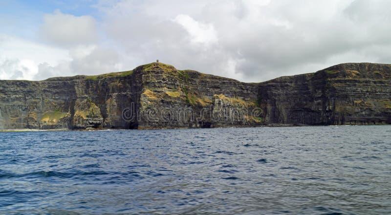 在莫赫悬崖的狂放的大西洋方式小船旅行 免版税库存图片