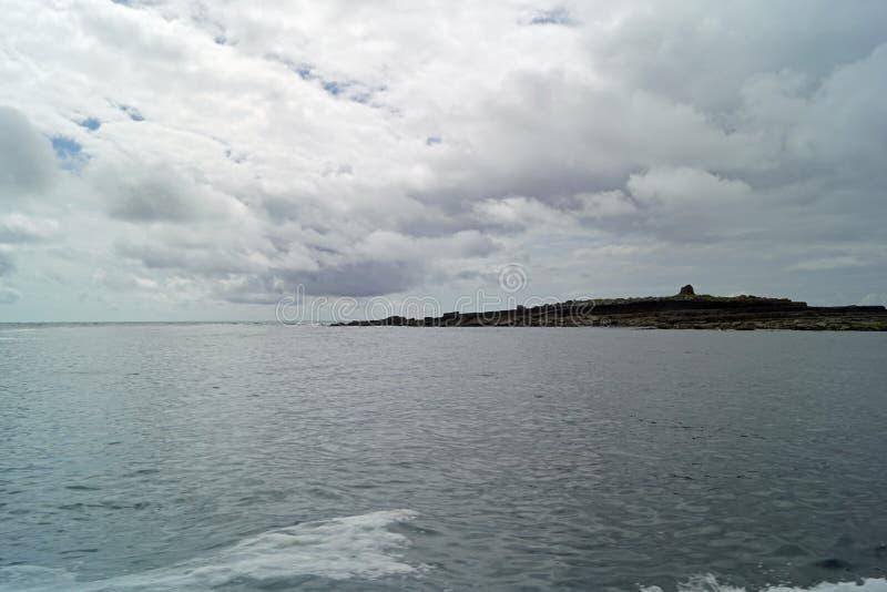 在莫赫悬崖的狂放的大西洋方式小船旅行 库存图片