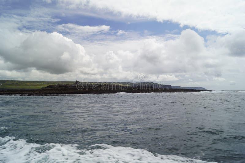 在莫赫悬崖的狂放的大西洋方式小船旅行 免版税库存照片