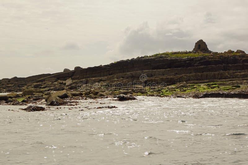 在莫赫悬崖的狂放的大西洋方式小船旅行 免版税图库摄影