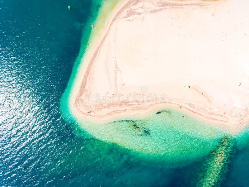 在莱夫卡斯州海岛希腊上面下来鸟瞰图的暗藏的海滩 免版税库存照片