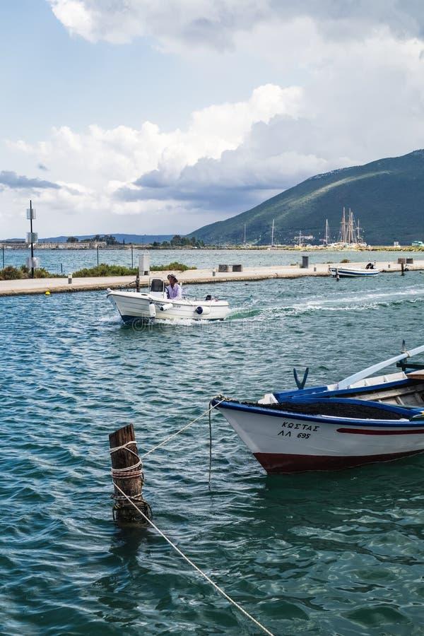 在莱夫卡斯州,希腊江边的传统钓鱼的汽船  免版税库存图片