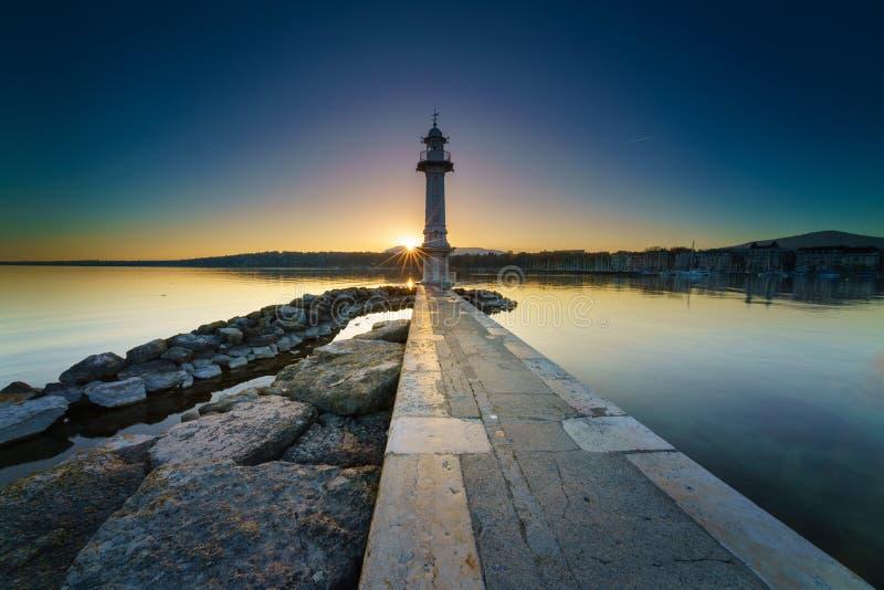 在莱芒湖的日出Sunstar Paquis灯塔的,日内瓦,瑞士 库存照片