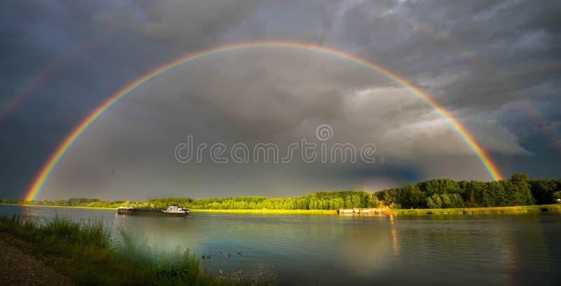 在莱茵河的彩虹 免版税库存图片