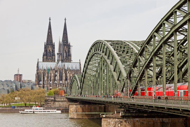 在莱茵河的科隆大教堂和Hohenzollern桥梁 免版税库存照片