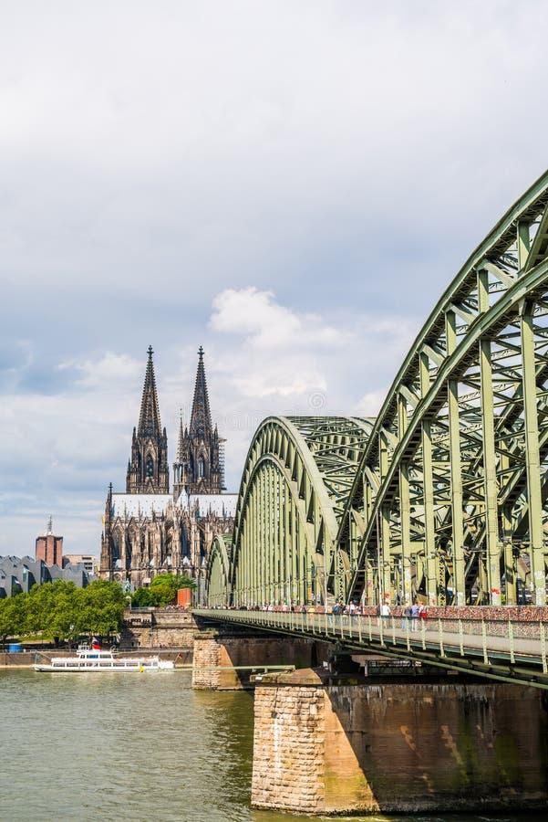 在莱茵河,德国的科隆大教堂和Hohenzollern桥梁 免版税图库摄影
