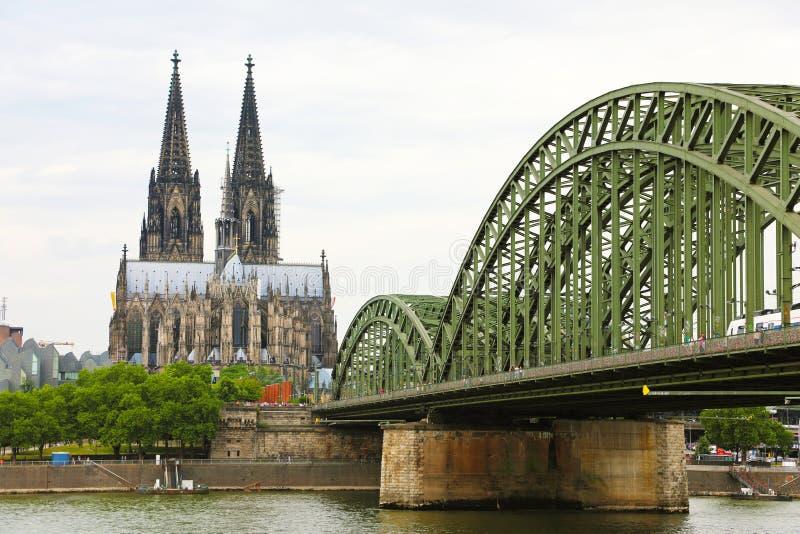 在莱茵河,德国,欧洲的科隆大教堂和Hohenzollern桥梁 库存照片