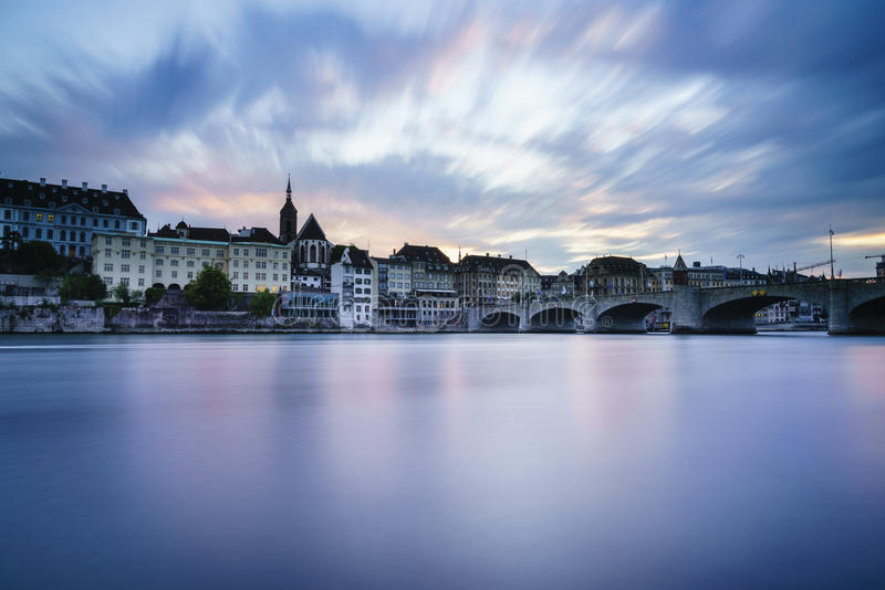 在莱茵河,巴塞尔,瑞士的Mittlere桥梁 免版税库存图片