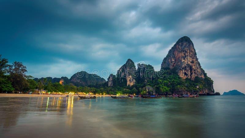 在莱莉海滩的风雨如磐的云彩在日落后的泰国 库存照片