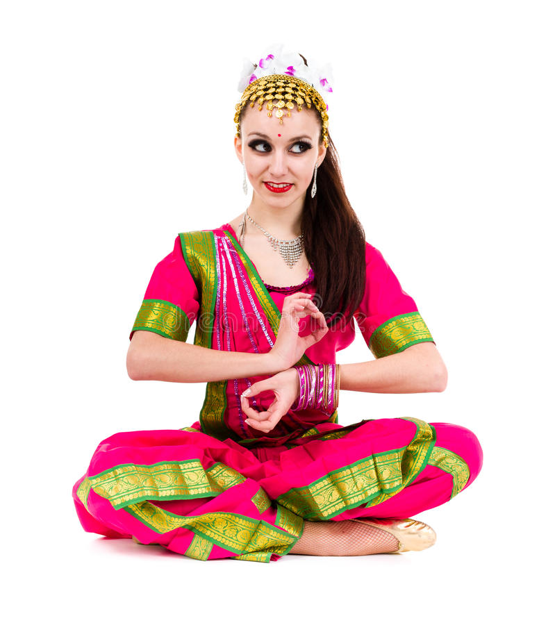 在莲花坐的少妇实践的瑜伽 免版税图库摄影