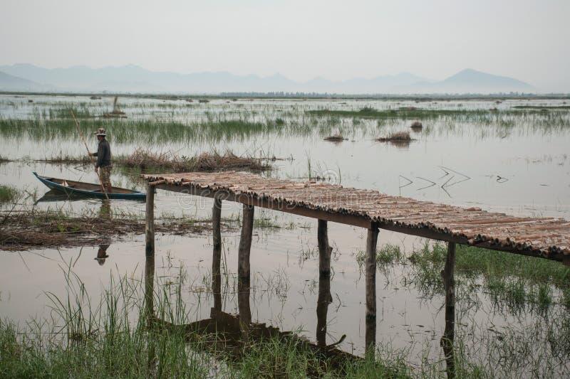 在莲花湖的木桥在Khao山姆Roi Yot N的日落时间的 库存照片