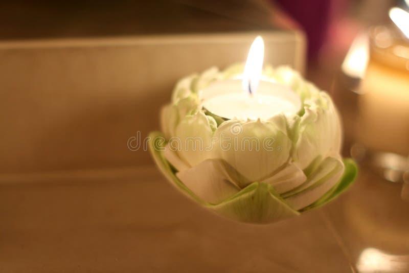 在莲花的灼烧的蜡烛 库存图片