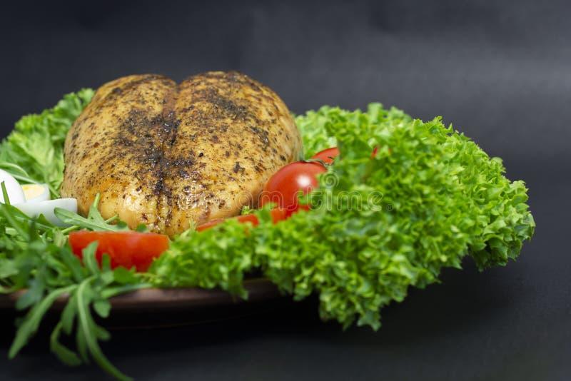 在莴苣叶子的鸡胸脯用蕃茄和鹌鹑蛋 图库摄影