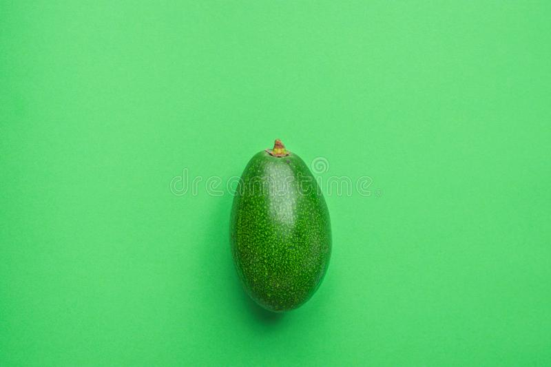 在莴苣绿色坚实单色背景的有机鲕梨 o 创造性的最低纲领派舱内甲板位置 库存图片