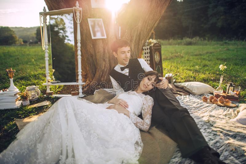 在获得乐趣和享受美好的natur的爱的年轻夫妇 免版税库存照片