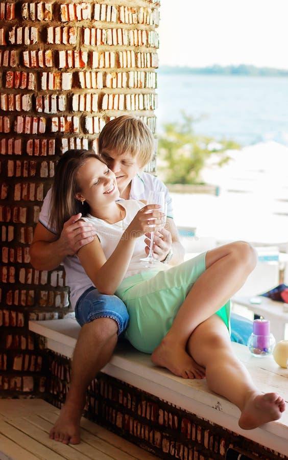 在获得乐趣和喝香槟的爱的年轻夫妇 免版税库存照片