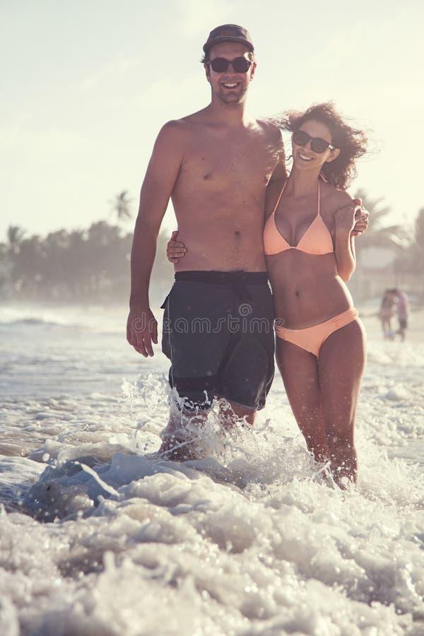 在获得的海滩的美好的夫妇乐趣 免版税库存照片