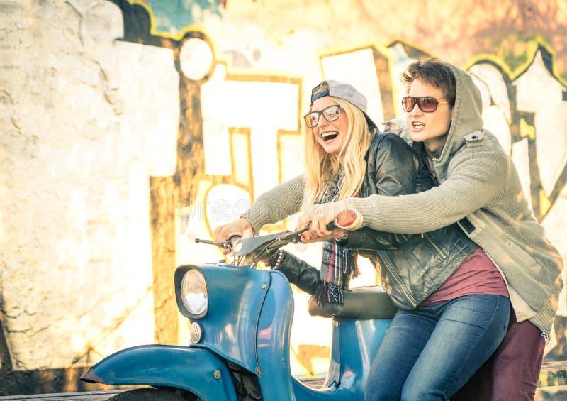 在获得的爱的年轻夫妇在葡萄酒滑行车脚踏车的乐趣 免版税图库摄影