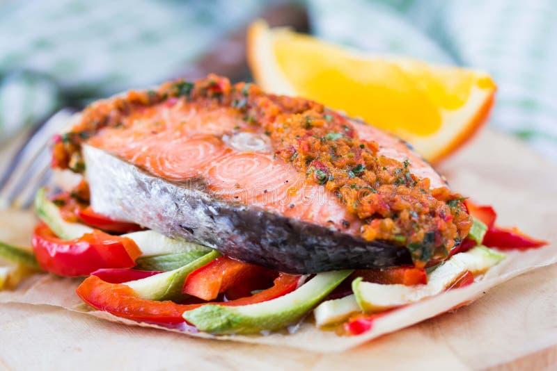 在菜、夏南瓜和辣椒粉的牛排红色鱼三文鱼 免版税图库摄影