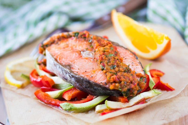 在菜、夏南瓜和辣椒粉的牛排红色鱼三文鱼 免版税库存照片