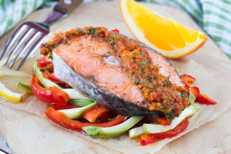 在菜、夏南瓜和辣椒粉的牛排红色鱼三文鱼 库存照片