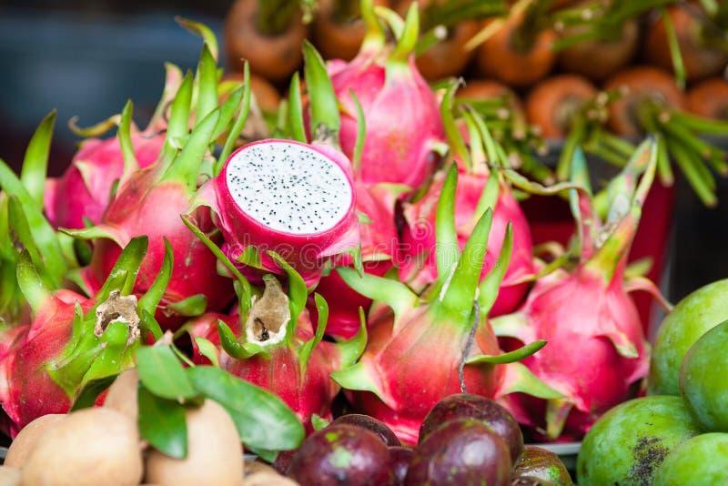在菜市场上的Pitaya果子 免版税库存图片