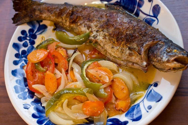 在菜烘烤的鳟鱼 免版税库存图片