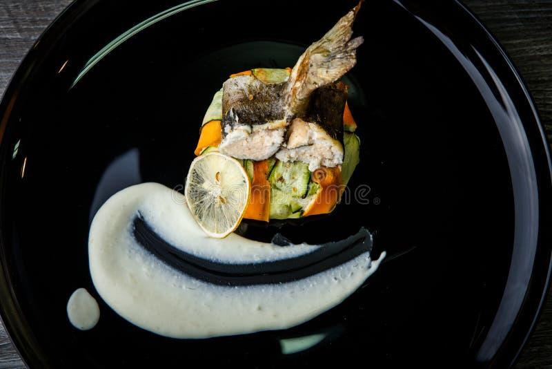 在菜装饰品的特写镜头可口被充塞的海鱼 免版税图库摄影