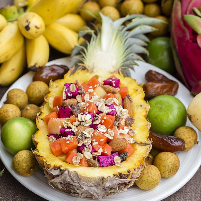 在菠萝充塞的新鲜的热带水果沙拉 泰国,关闭 库存照片