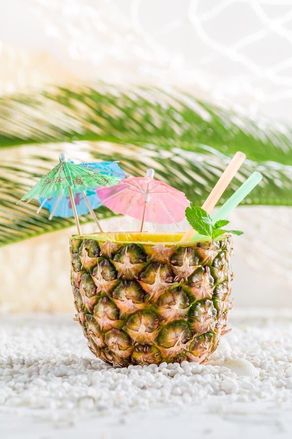 在菠萝的新饮料在沙滩 免版税库存图片