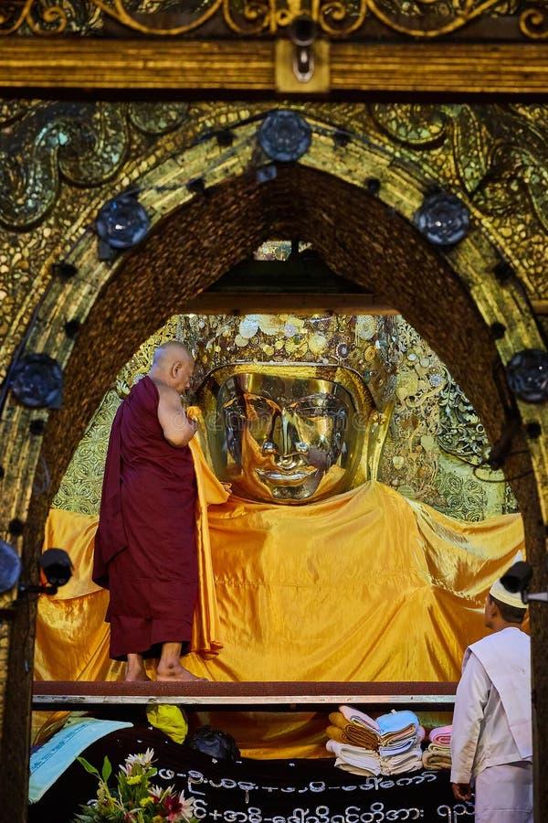 在菩萨图象面孔洗涤的仪式的资深修士洗涤Mahamuni菩萨图象 免版税库存照片