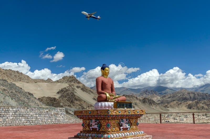 在菩萨雕象上的飞行在Spituk修道院里 库存图片