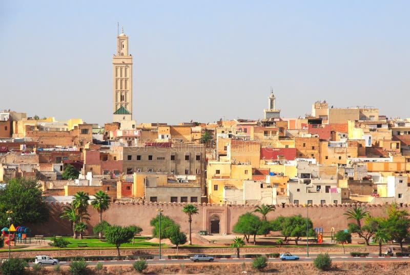 在菲斯,摩洛哥麦地那的鸟瞰图在堡垒墙壁后的 库存照片