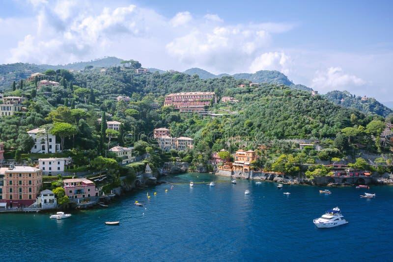 在菲诺港海、美丽如画的山scape和城市视图的小船在利古里亚,意大利 免版税图库摄影