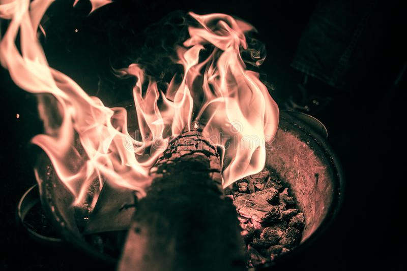 在营火的创造性的看法 免版税库存图片