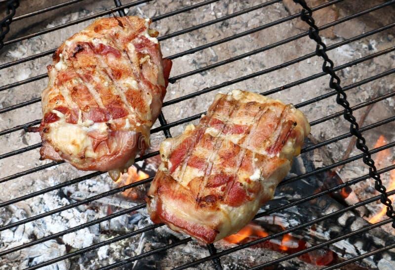 在营火的烤鸡 免版税库存照片