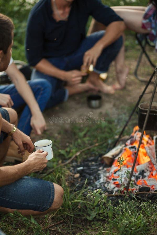 在营火附近的恳切和精神交谈 库存照片