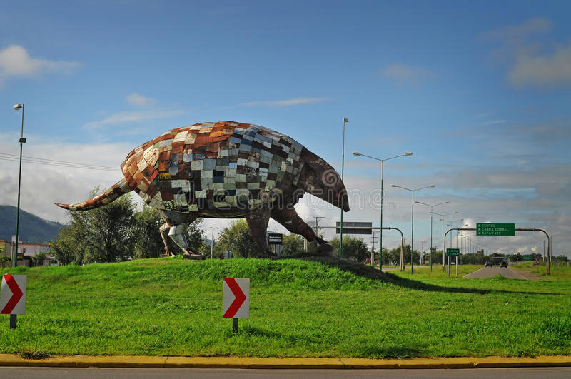 在萨尔塔市北部的大犰狳属纪念碑。阿根廷。 库存图片
