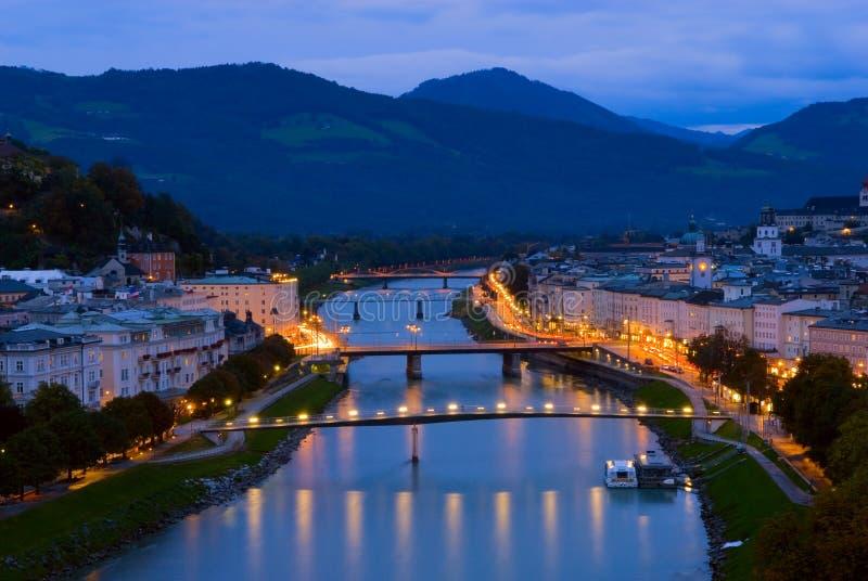 在萨尔察赫河河的桥梁在萨尔茨堡,奥地利 免版税图库摄影