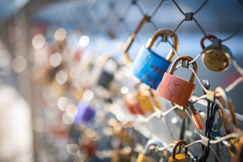 在萨尔茨堡,奥地利爱在一座桥梁的锁 免版税库存图片