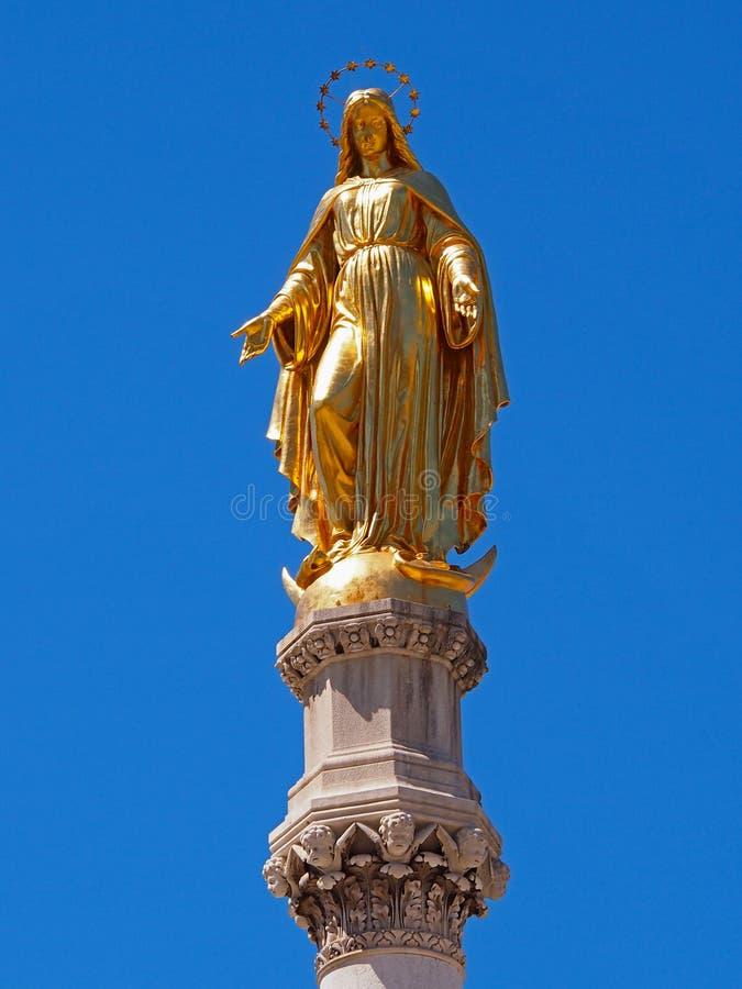 在萨格勒布大教堂前面的圣母玛丽亚雕象 免版税图库摄影