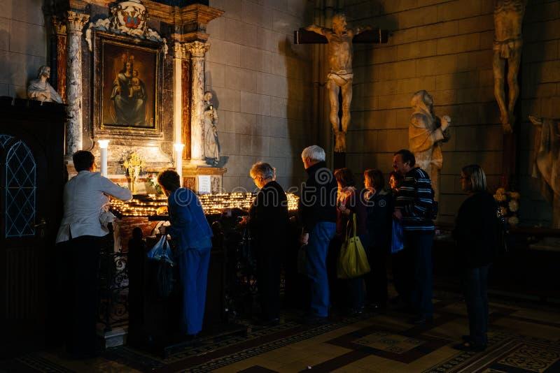 在萨格勒布大教堂照明设备蜡烛里面的人们 克罗地亚,欧洲首都旅行目的地 库存照片