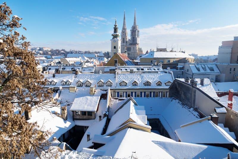 在萨格勒布的看法在与雪的冬天期间有对教会和大教堂,萨格勒布,克罗地亚,欧洲塔的看法  库存图片
