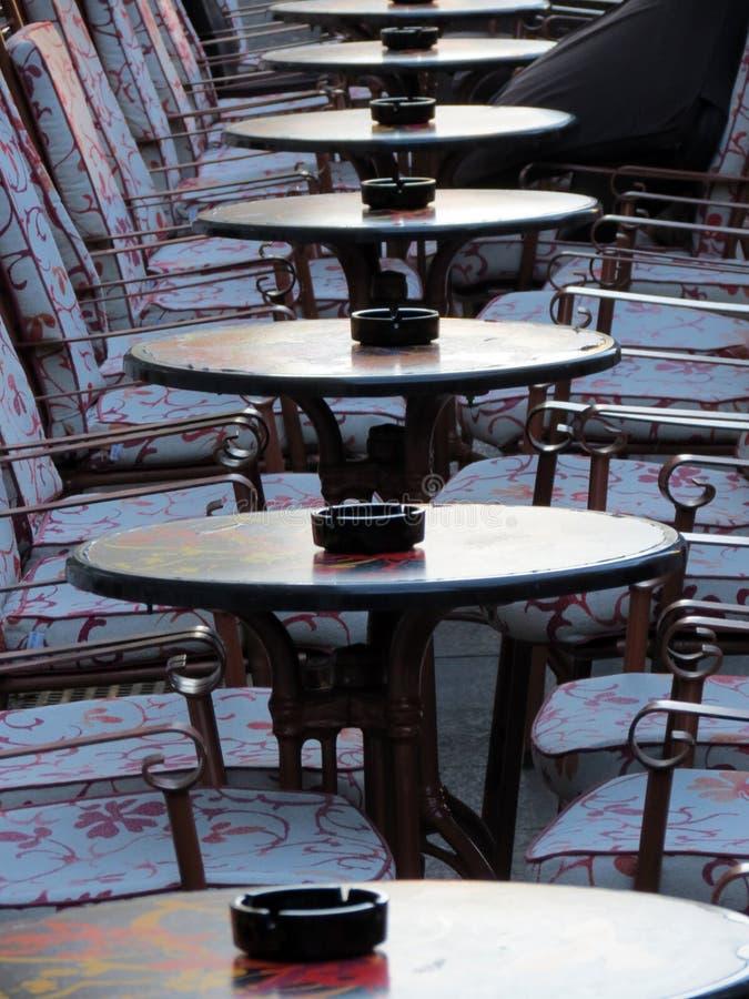 在萨格勒布街道上的空的小餐馆  免版税库存照片