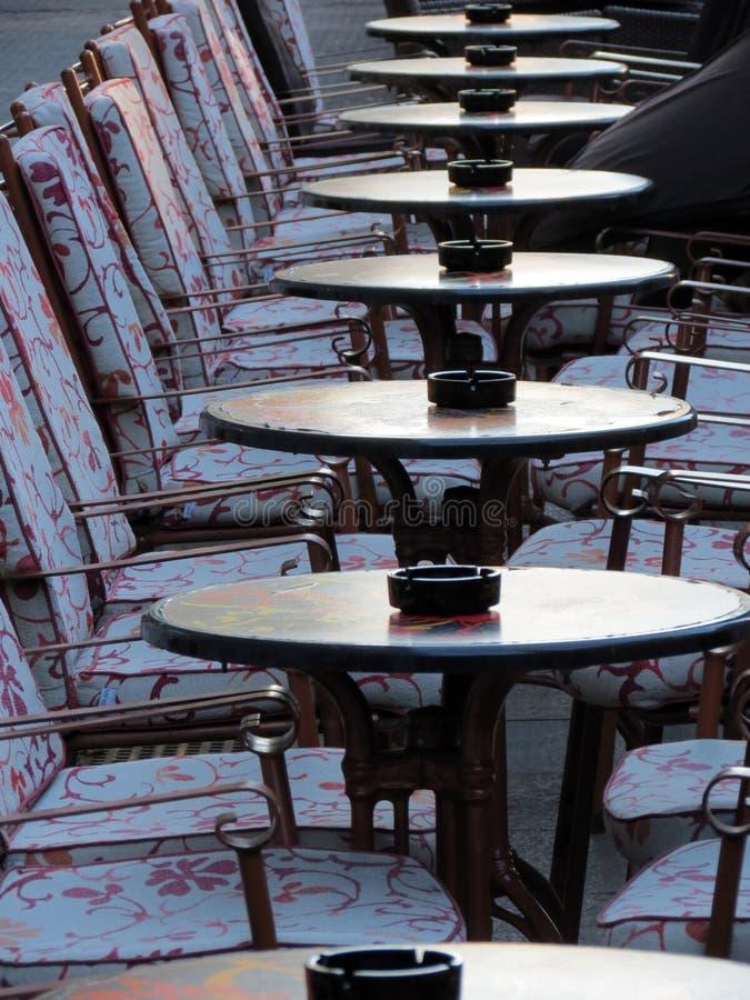 在萨格勒布街道上的空的小餐馆  图库摄影
