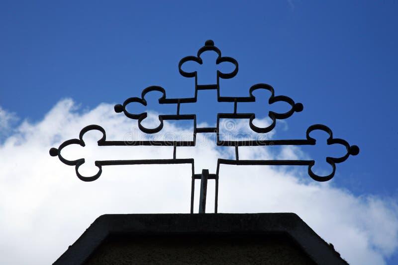 在萨格勒布,克罗地亚金属化在教会前面的十字架 免版税库存图片