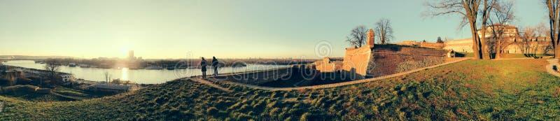 在萨瓦河的贝尔格莱德旅游口岸有Kalemegdan堡垒的和 免版税库存照片