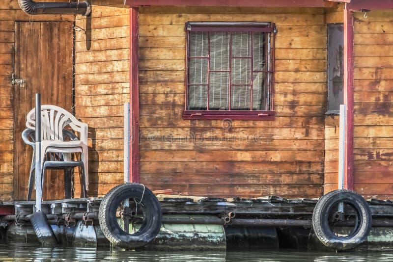 在萨瓦河,贝尔格莱德, Serbi的老木木筏小屋 免版税图库摄影