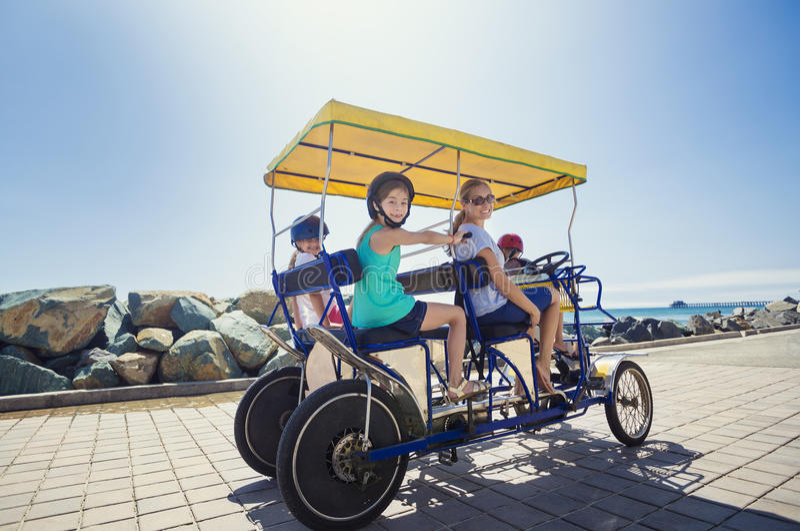 在萨里自行车乘驾的家庭沿海加利福尼亚 库存照片