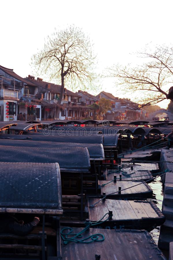在落日下的西塘遮篷小船 免版税库存图片